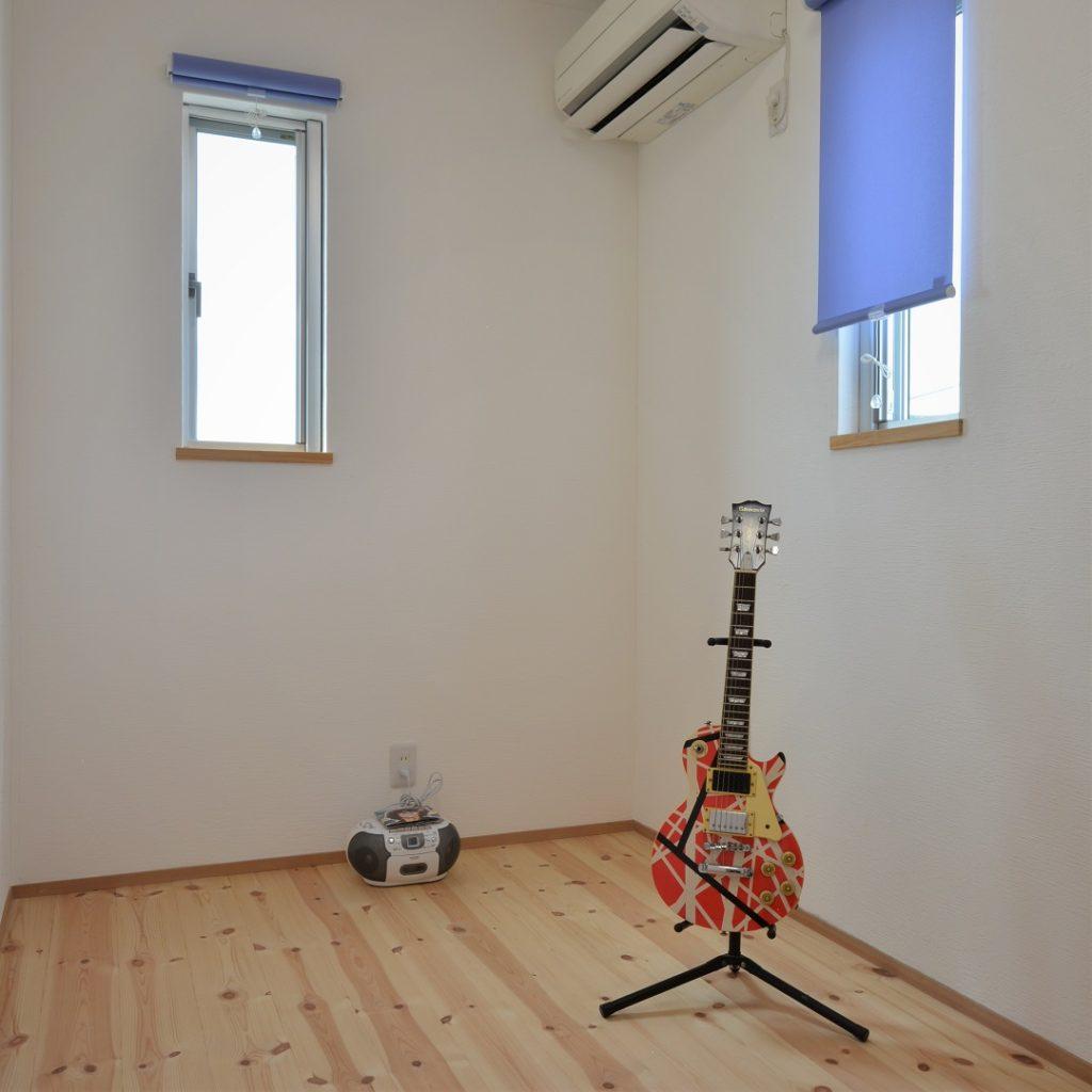 2匹の猫とエレキギターを楽しむ家