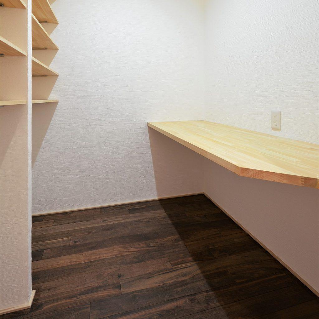 4種の無垢床とスキップフロアのリビングがあるお家